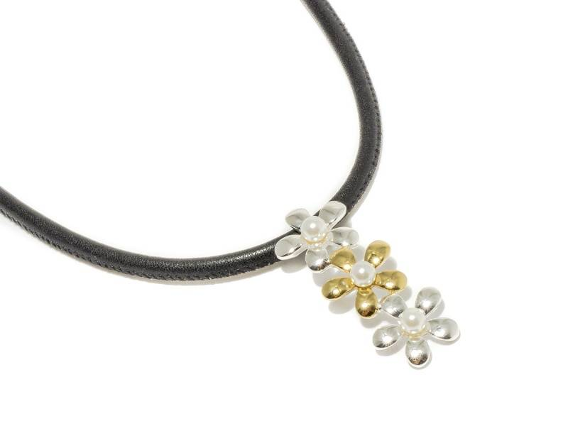 90134 Kort halssmykke med 3 blomster sølv og gullfarget med lite