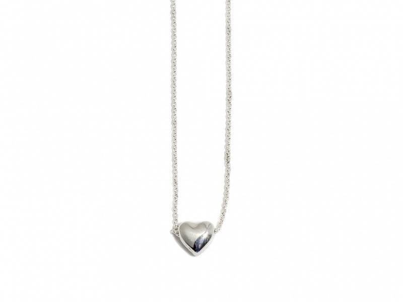 90107 Kort halssmykke lite hjerte sølvfarget